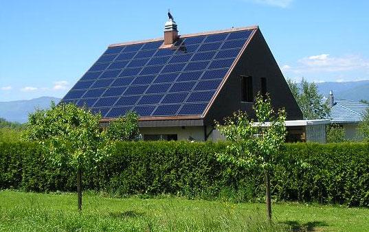 Солнечная панель на крыше загородного дома